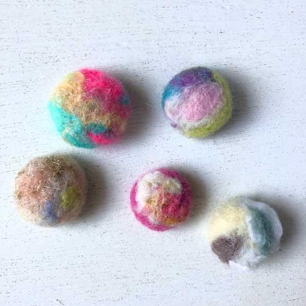 羊毛フェルトの立体キャンディブローチ